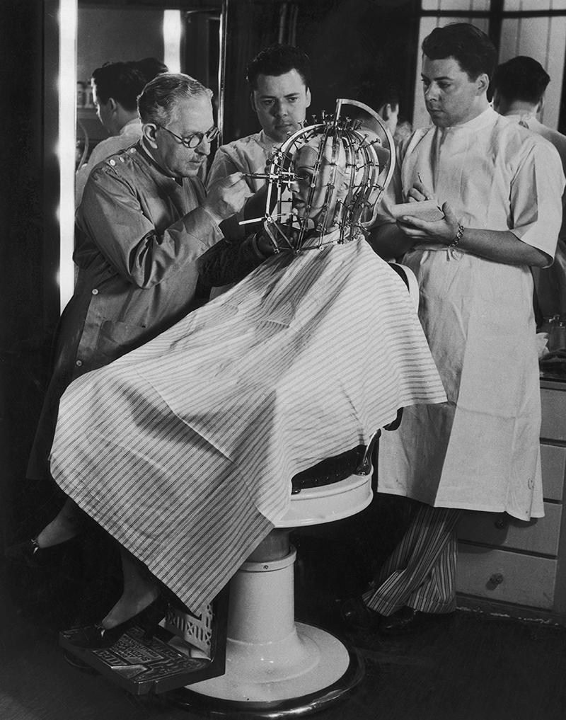 Одним из экспериментов Макса Фактора стал «калибратор красоты», способный измерить, насколько лицо отклоняется от «идеальных» пропорций