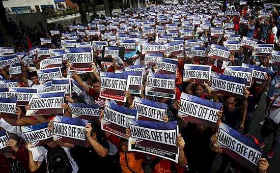 Филиппинские активисты вовремя демонстрации из-заспоров обакватории иостровах вЮжно-Китайском море, июнь 2015 года