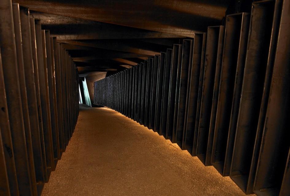Подземное пространство представляет собой лабиринт изолированных темных коридоров, в каждом из которых поддерживается оптимальная для хранения определенного вида вина температура