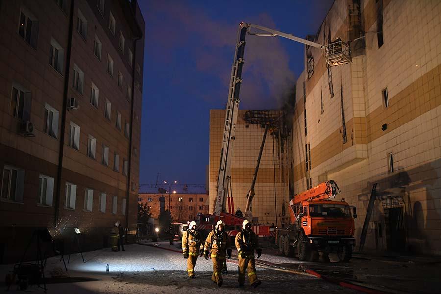 Пожар в кемеровском торговом центре начался 25 марта около 12:00 мск. Очаг возгорания возник на четвертом этаже, где находились залы кинотеатров, детский развлекательный центр и каток. Вскоре площадь пожара достигла 1500 кв. м. Открытый огоньбылликвидированпоздним вечером.  Пока не известно, что стало причиной пожара. Источники РБК и «Интерфакса» говорили, что предварительной причиной возгорания могли стать дефекты электросетей.