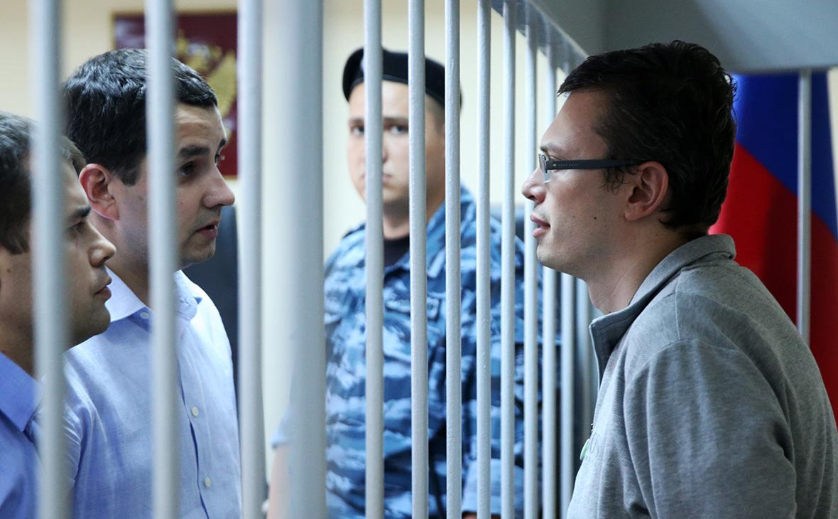 Денис Никандров (справа)