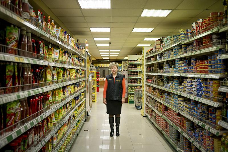 Директор розничной сети «Яблоко» Татьяна Пикалова на примере своего магазина демонстрирует, что дефицита продуктов в Крыму нет.