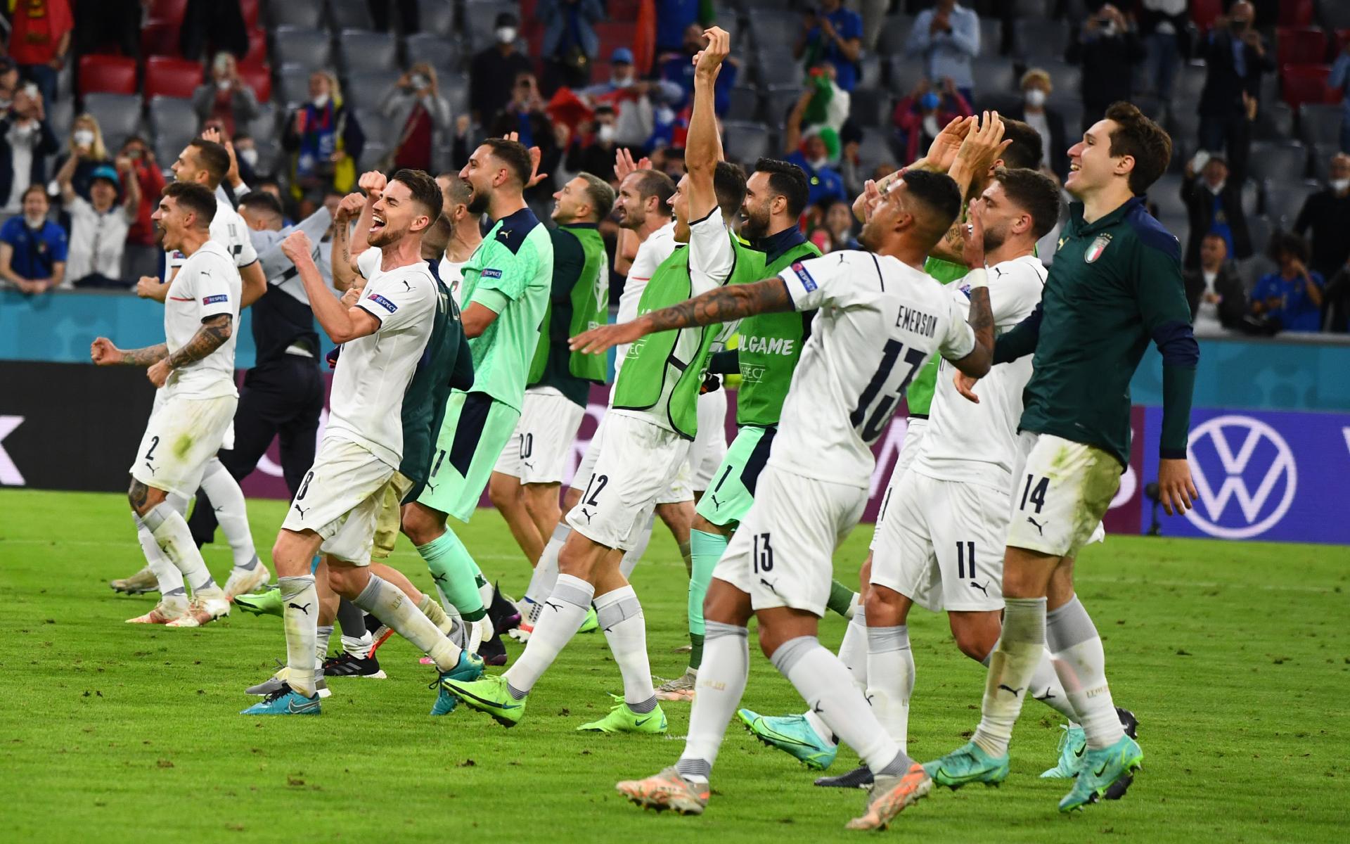 Сборная Италии после победы в матче 1/4 финала с командой Бельгии