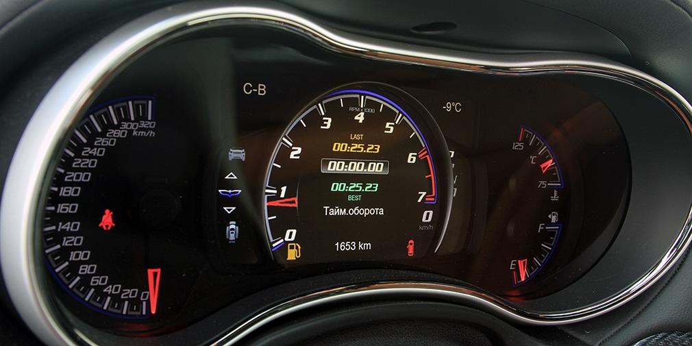 Спидометр многообещающе размечен аж до 320 км/ч. Часть «спортивной» информации можно вывести на экран в центре тахометра— на фото время прохождения кругов.