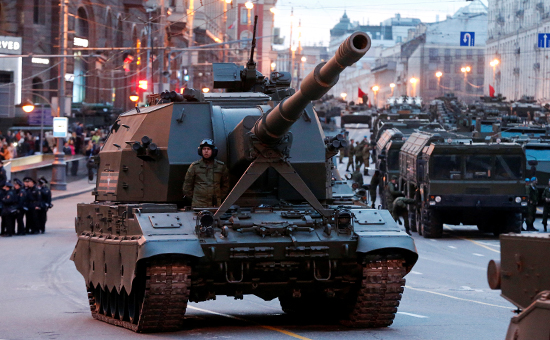 Во время проезда военной техники поТверской улице передрепетицией парада наКрасной площади, посвященного 71-й годовщине Победы вВеликой Отечественной войне