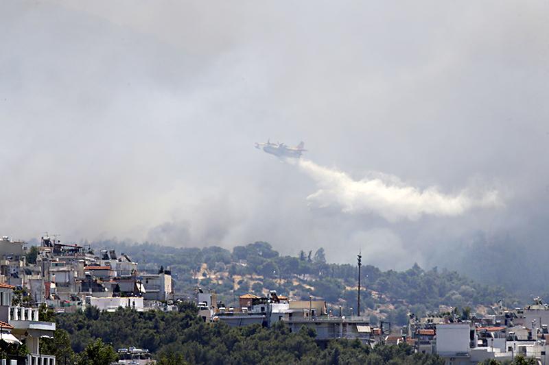 Тушение пожара на юге Греции с помощью авиации