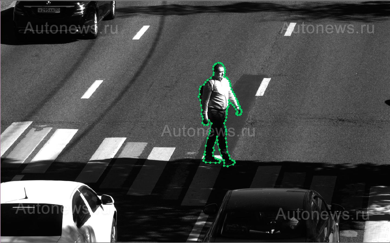 <p>Нейросеть определяет скорость и траекторию движения пешехода и изменения этих параметров при появлении автомобиля перед зеброй.</p>