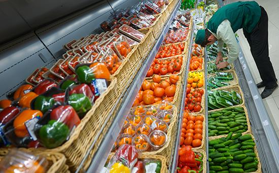 В овощном отделе супермаркета