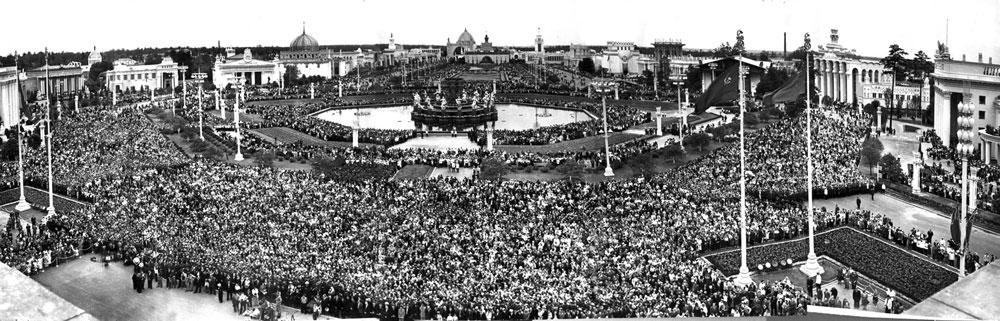 Панорама площади Дружбы народов, Ранее площадь Колхозов. Октрытие 1.08.1954 г.