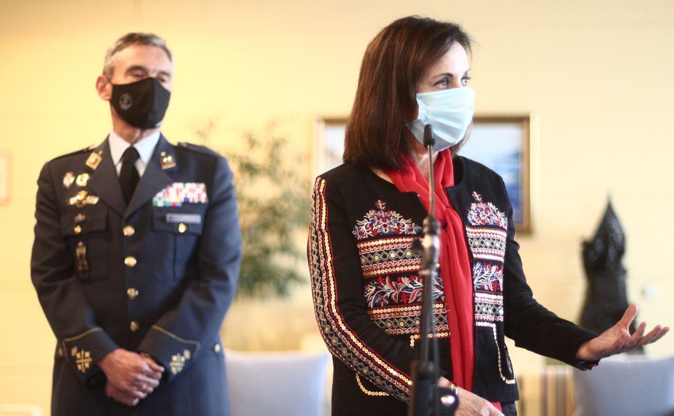 Генерал Мигель Анхель Вильярроя (слева) и глава Минобороны Испании Маргарита Роблес