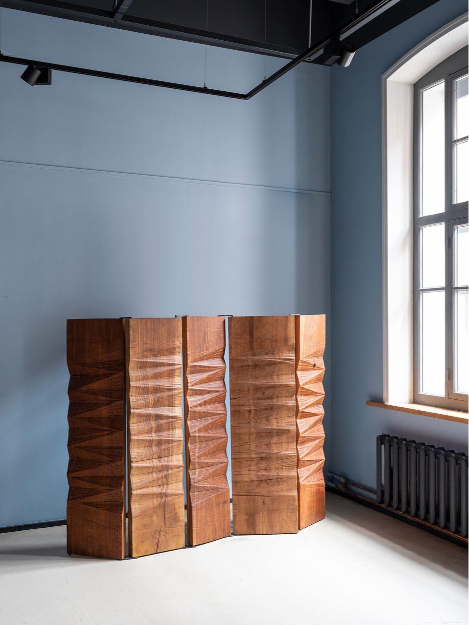 Милованов делает деревянную мебельпо старинной поморской технологии