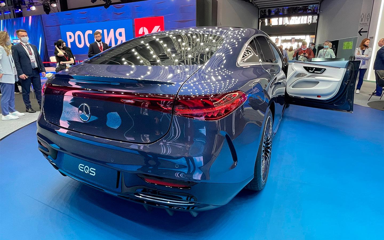 <p>Mercedes-Benz EQS из-за своеобразный формы кузова и покатой крыши скорее напоминает гигантский однобъемник, нежели традиционный седан.</p>