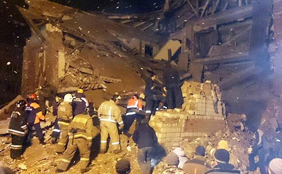 Поисково-спасательные работы на месте разрушений, которые произошли в результате взрыва бытового газа в жилом трехэтажном доме в поселке Корфовский