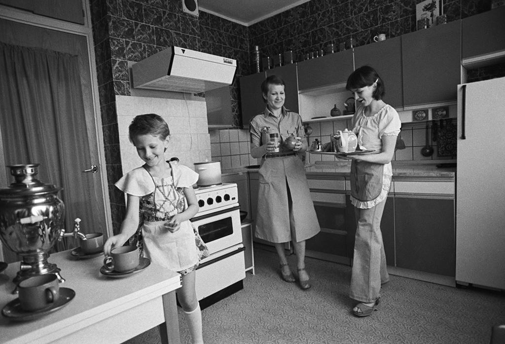 Кухня в 1980-х  В 1980-е годы в некоторых типовых сериях домов площадь кухни увеличилась до 8–9 кв. м  На фото: кухня в квартире Олимпийской Деревни. Дата съемки: 01.05.1981