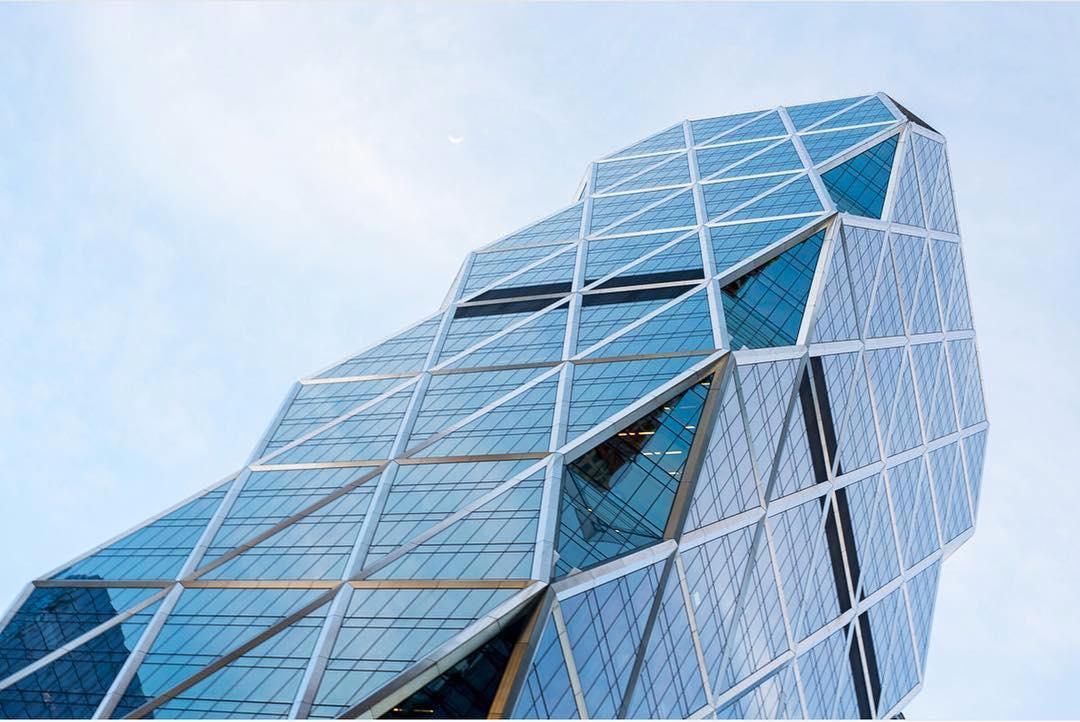 Использование треугольных форм при конструировании башни позволило снизить расходы стали примерно на 20% по сравнению с аналогичными проектами. Здание строилось с использованием «зеленых» технологий: 85% стальных конструкций сделаны из переработанных материалов. На крыше небоскреба установлены дождевые водосборники, вода из которых используется для охлаждения строения. Кроме того, оно потребляет на 26% меньше электричества, чем обозначено в минимальных требованиях Нью-Йорка
