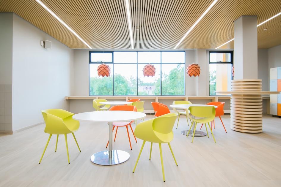 В учительской есть переговорный модуль, рабочие места, а также свое кафе с барным столом и высокими стульями. Кроме того, на каждом этаже оборудована кухня, где школьники могут налить себе чай бесплатно