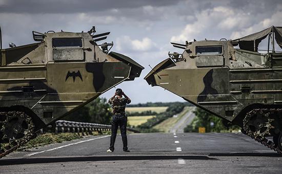 Боец ополчения Луганской народной республики на окраине Луганска. Июнь 2014 года