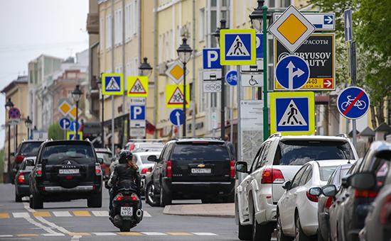 Дорожные знаки на одной из улиц Москвы
