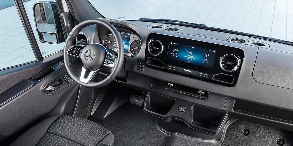 Sprinter — это второй Mercedes-Benz, получивший новейшую медиасистему MBUX. Ее предлагают с 7- или 10,25-дюймовыми экранами.
