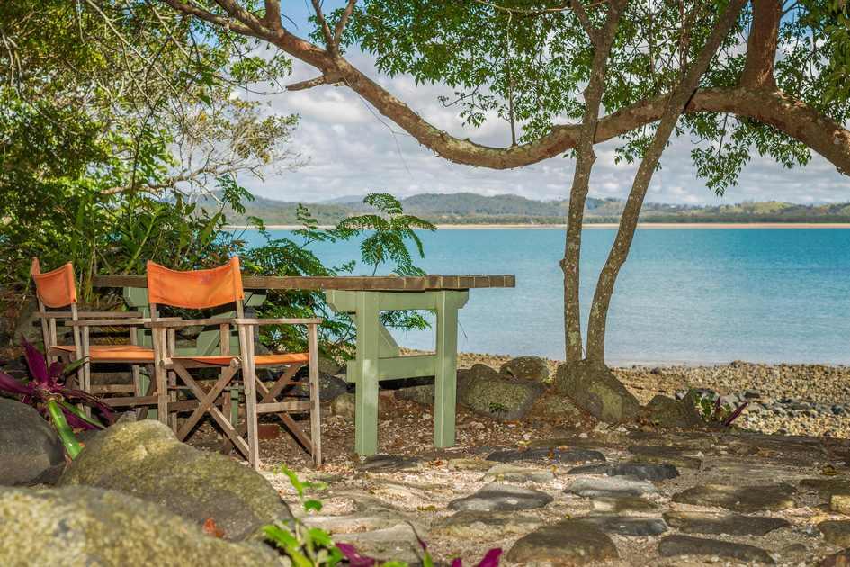 На острове имеются собственный благоустроенный пляж и сад