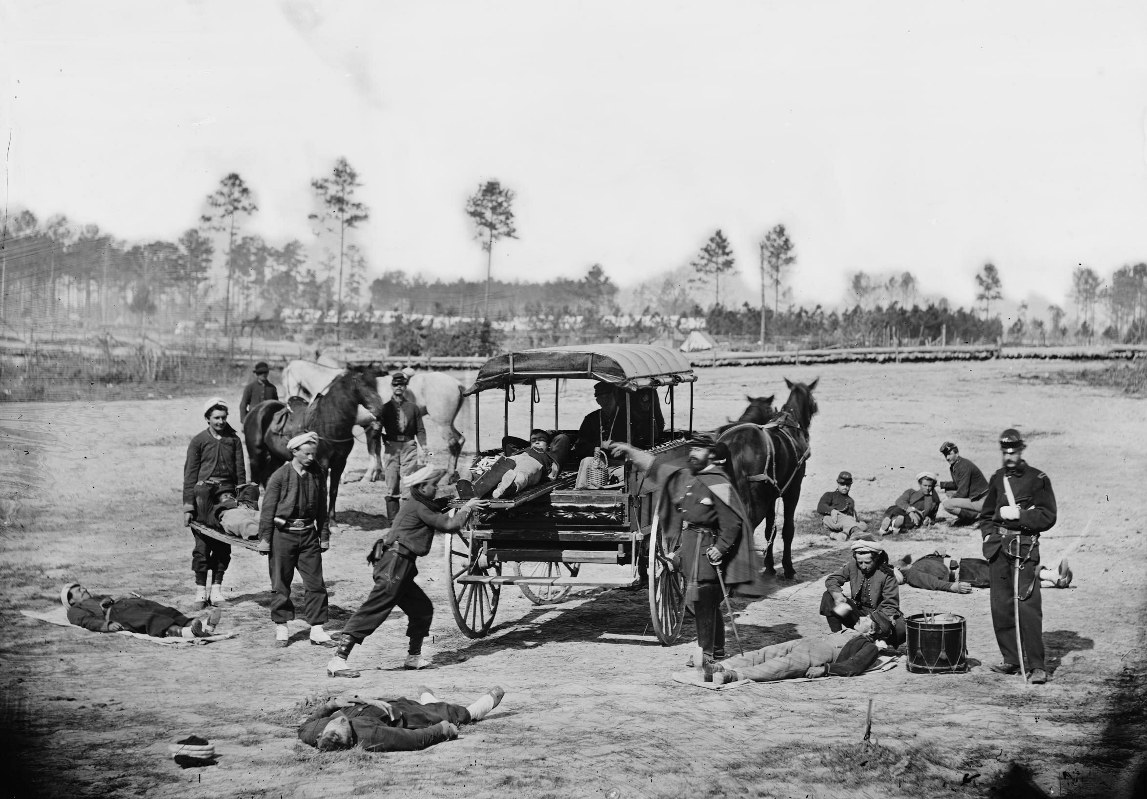 Бригада скорой помощи забирает с поля боя раненых солдат на учениях, 1862 год