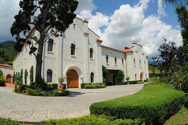 Винодельня Château Côtes de Saint-Daniel была построена как копия царских винных подвалов, находившихся здесь же