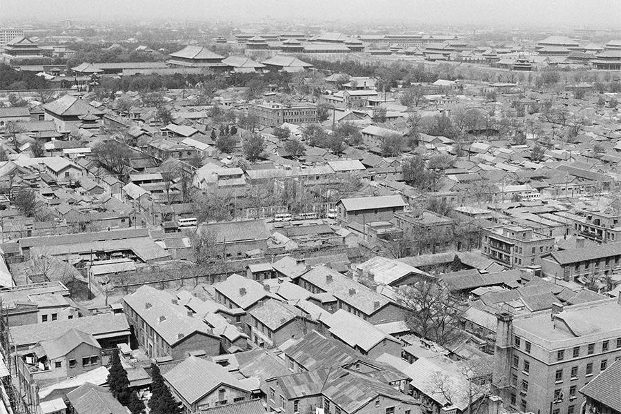 Реновация центральных районов Пекина. Предпосылки  К концу 1980-х годов значительная часть жилых строений вцентре китайской столицы оказалась вудручающем состоянии, таккакдолгое время пошлина наобслуживание зданий ирента были крайне низкими. Уровень жизни населения такжеоставлял желать лучшего: в1985 году более половины семей вПекине неимело своей кухни, более 60% — личного туалета, итолько у половины был доступ кводопроводу вдоме. На человека приходилось всреднем8,7кв. м жилплощади. Особенно остро жилищная проблема стояла вцентральных районах.