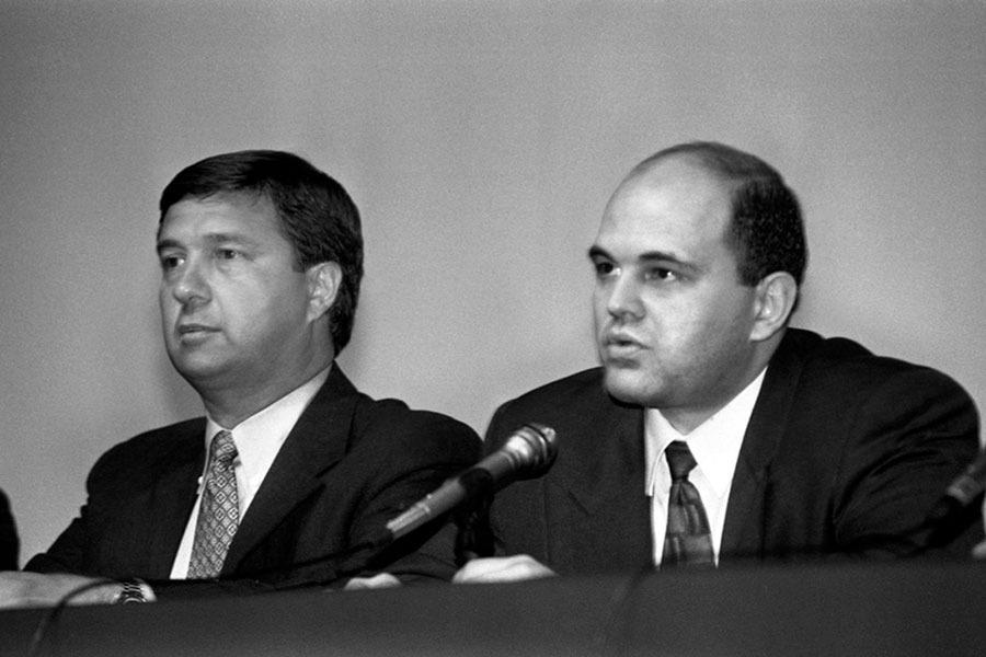 Вице-президент персональных программных продуктов IBM Джон Сойринг (слева) и глава правления Международного компьютерного клуба (МКК) Михаил Мишустин на 7-м Международном компьютерном форуме. 1996 год