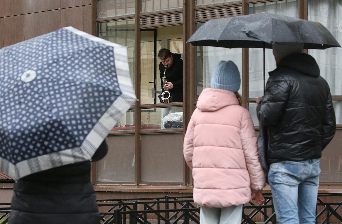 Санкт-Петербург. Музыкант и композитор Евгений Григорович дает концерт во время самоизоляции на балконе своей квартиры на проспекте Ветеранов. Соседи музыканта могут слушать джазовые импровизации, просто открыв окна