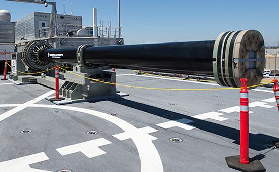 Один издвух прототипов электромагнитной рельсовой пушки напалубе транспортного корабля USS Millinocket впорту военно-морской базы вСан-Диего
