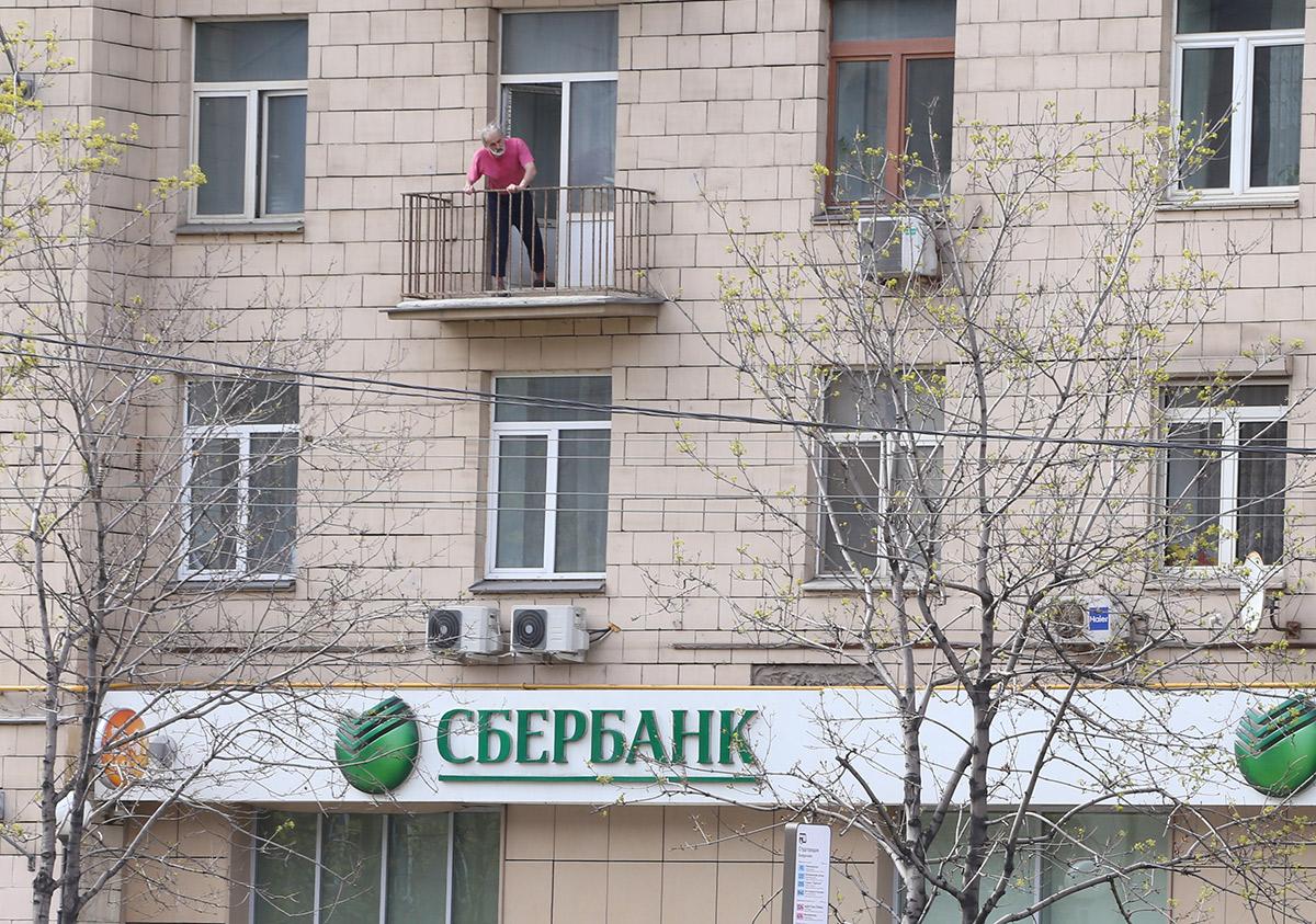 Москва. Мужчина на балконе во время режима самоизоляции в период пандемии коронавируса COVID-19