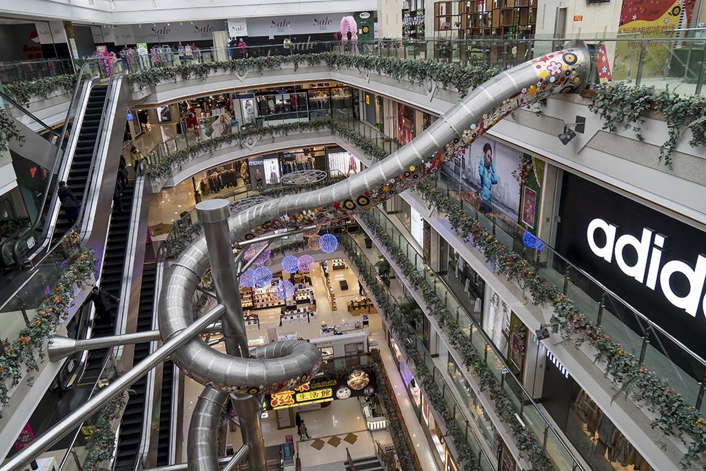 Горка высотой с пятиэтажный дом в торговом центре в Шанхае