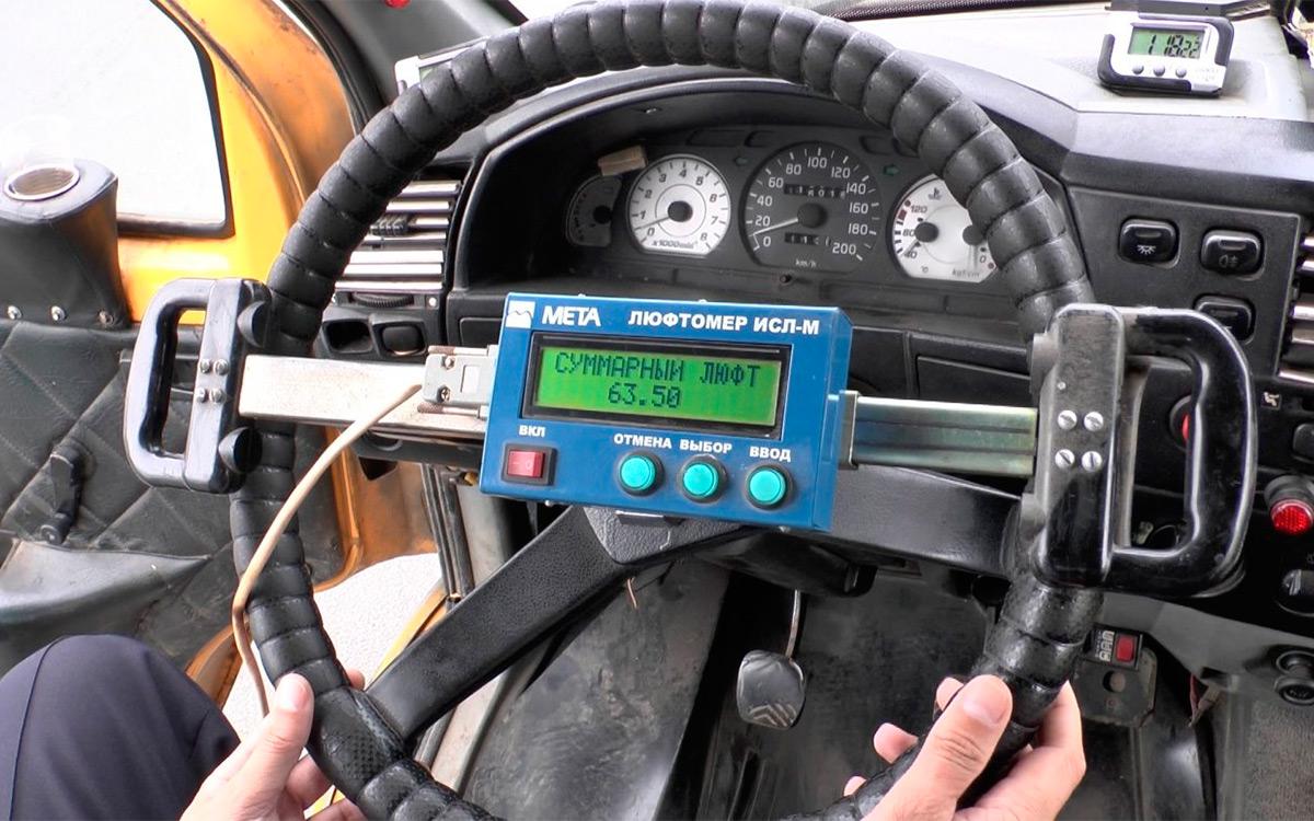 В ГИБДД рассказали, что выдают сотрудникам люфтометры. Они помогают определить наличие зазоров в механизме рулевого управления у машины