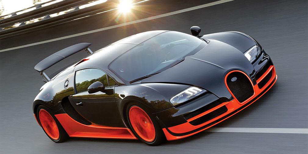 Bugatti Veyron  Рональдиньо еще во времена «Барселоны» получал около 20 млн евро в год. Такая зарплата позволила обладателю «Золотого мяча-2005» остановить свой выбор на гиперкаре Bugatti Veyron черно-оранжевого цвета. Помимо звезды «Барселоны», владельцами автомобиля этой марки по всему миру являются лишь 450 счастливчиков. Один из них — легендарный бразильский защитник Роберто Карлос, которому гиперкар за 1,7 млн евро подарили во времена его выступления за махачкалинский «Анжи».