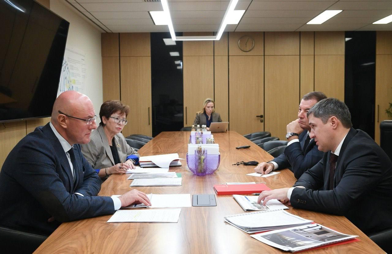 Дворец спорта и галерея: зампред Чернышенко провел встречу с губернатором