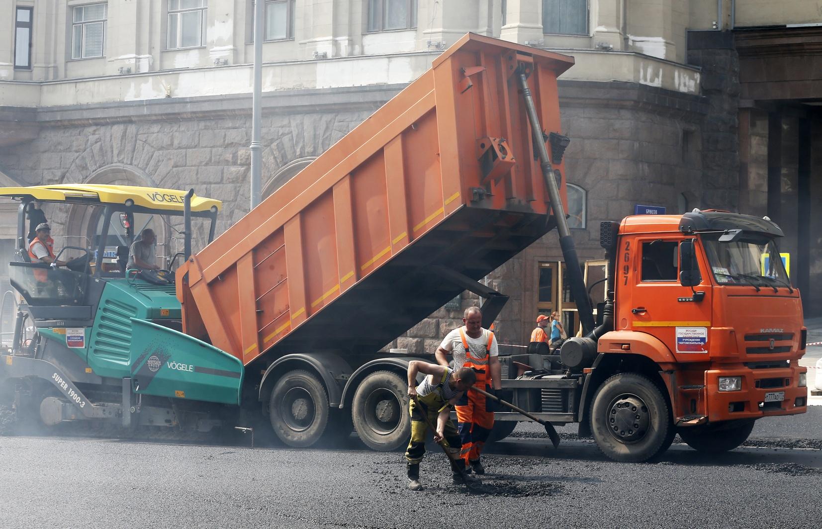 На некоторых особенно неровных участках Тверской рабочим пришлосьснять до 45 сантиметров асфальта