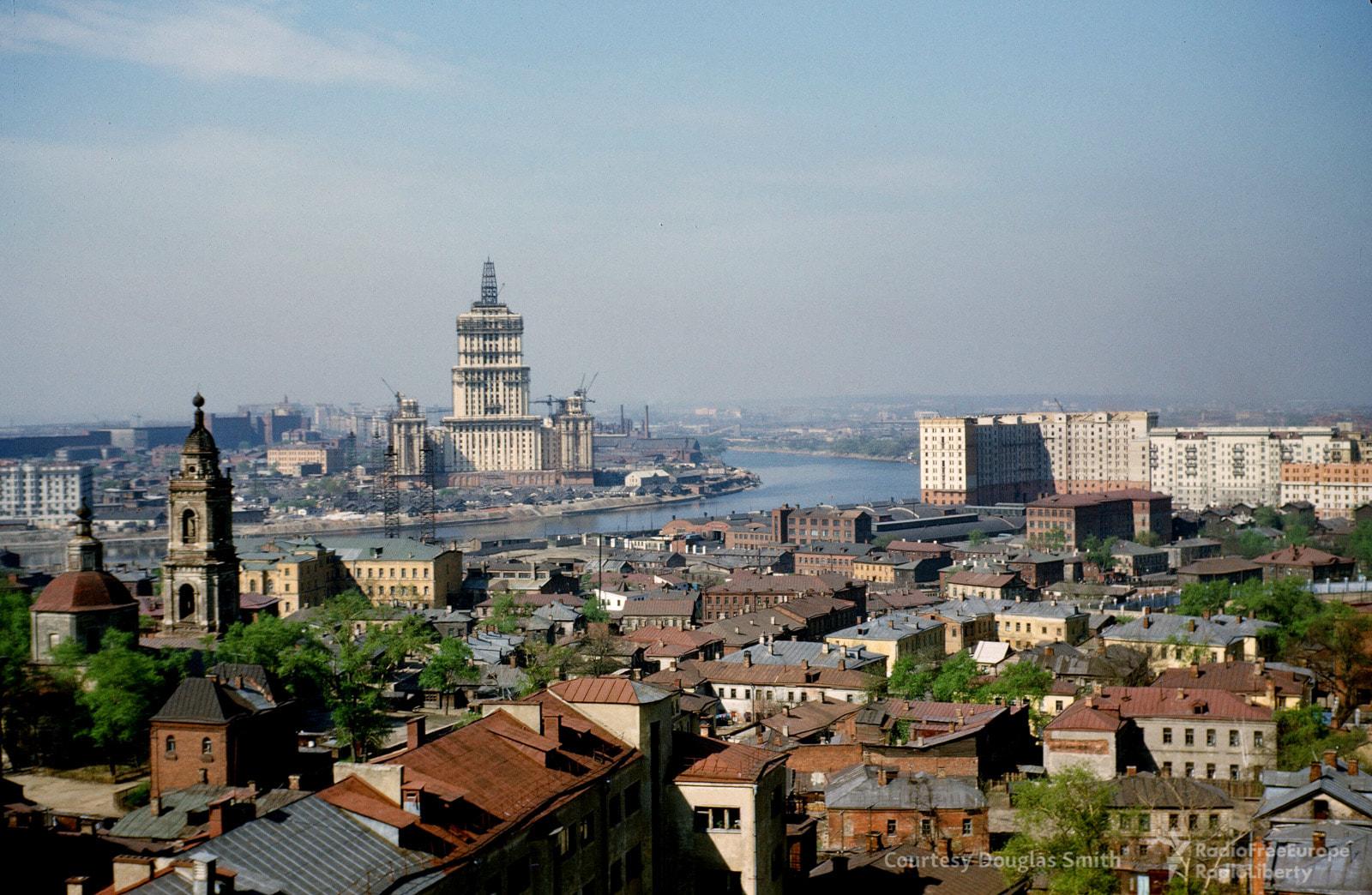 Строительство гостиницы «Украина». Вид скрыши американского посольства