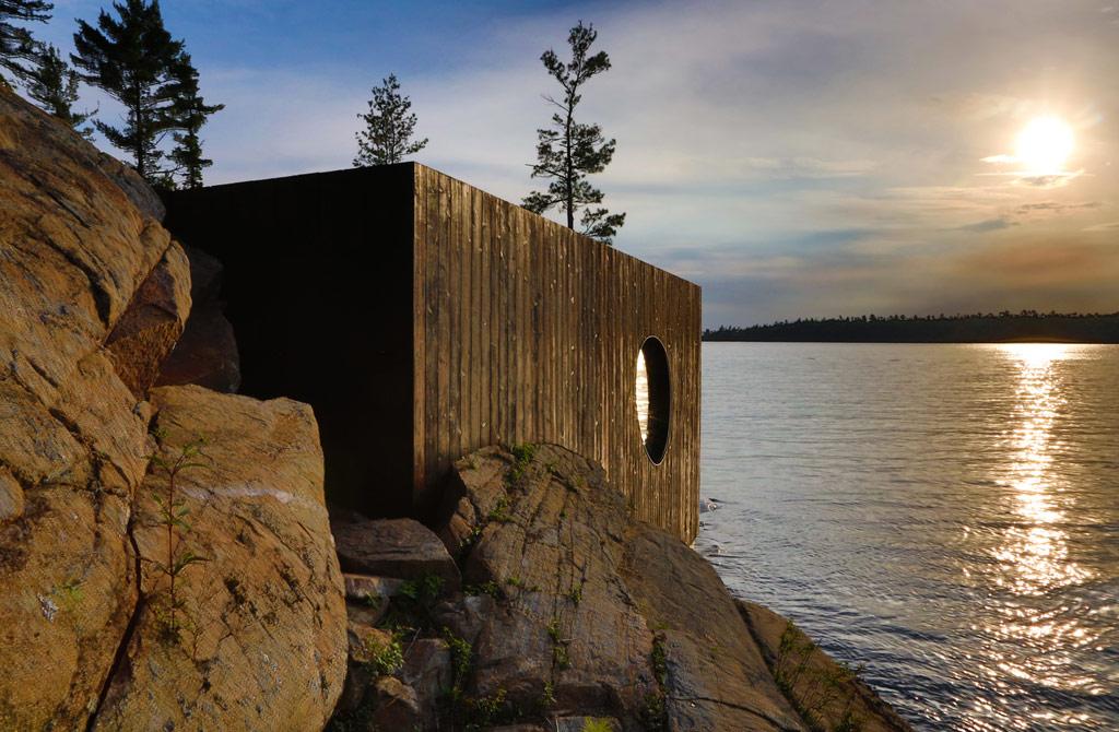 Сауна была построена из дерева с использованием технологий трехмерного сканирования и моделирования. Авторы активно использовали во внутреннем интерьере округлые и синусоидные формы, которые не только улучшают циркуляцию воздуха, но и внешне напоминают стены озерных гротов и пещер. В тоже время простой прямоугольный фасад из темной древесины хорошо вписывается в окружающий прибрежный лес
