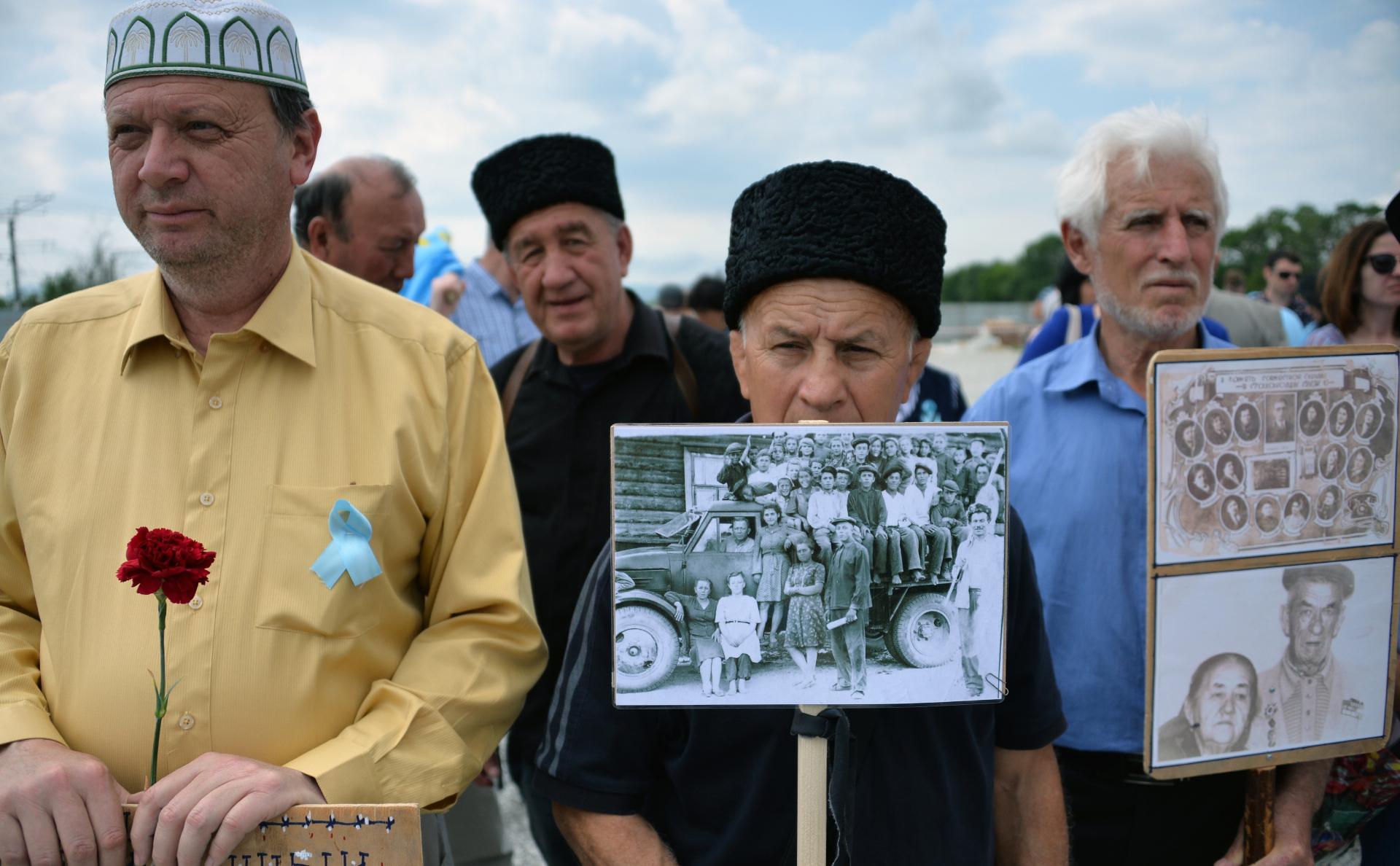 Участники мероприятий в День памяти жертв депортации народов Крыма