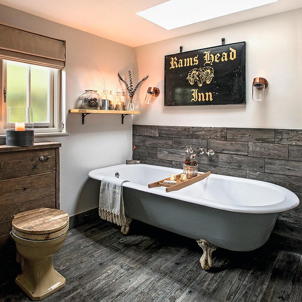 Панели с имитацией дерева в ванной