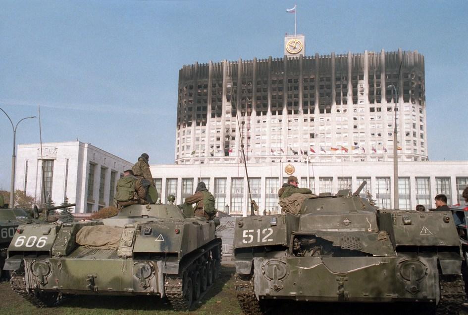 Танки Таманской дивизии расстреливают Верховный Совет России