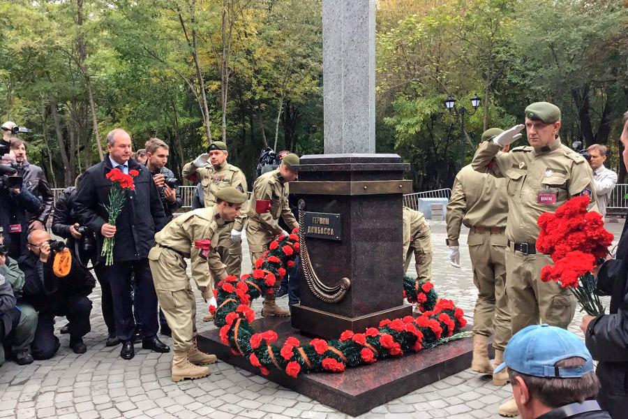 После открытия памятника к нему возложили цветы