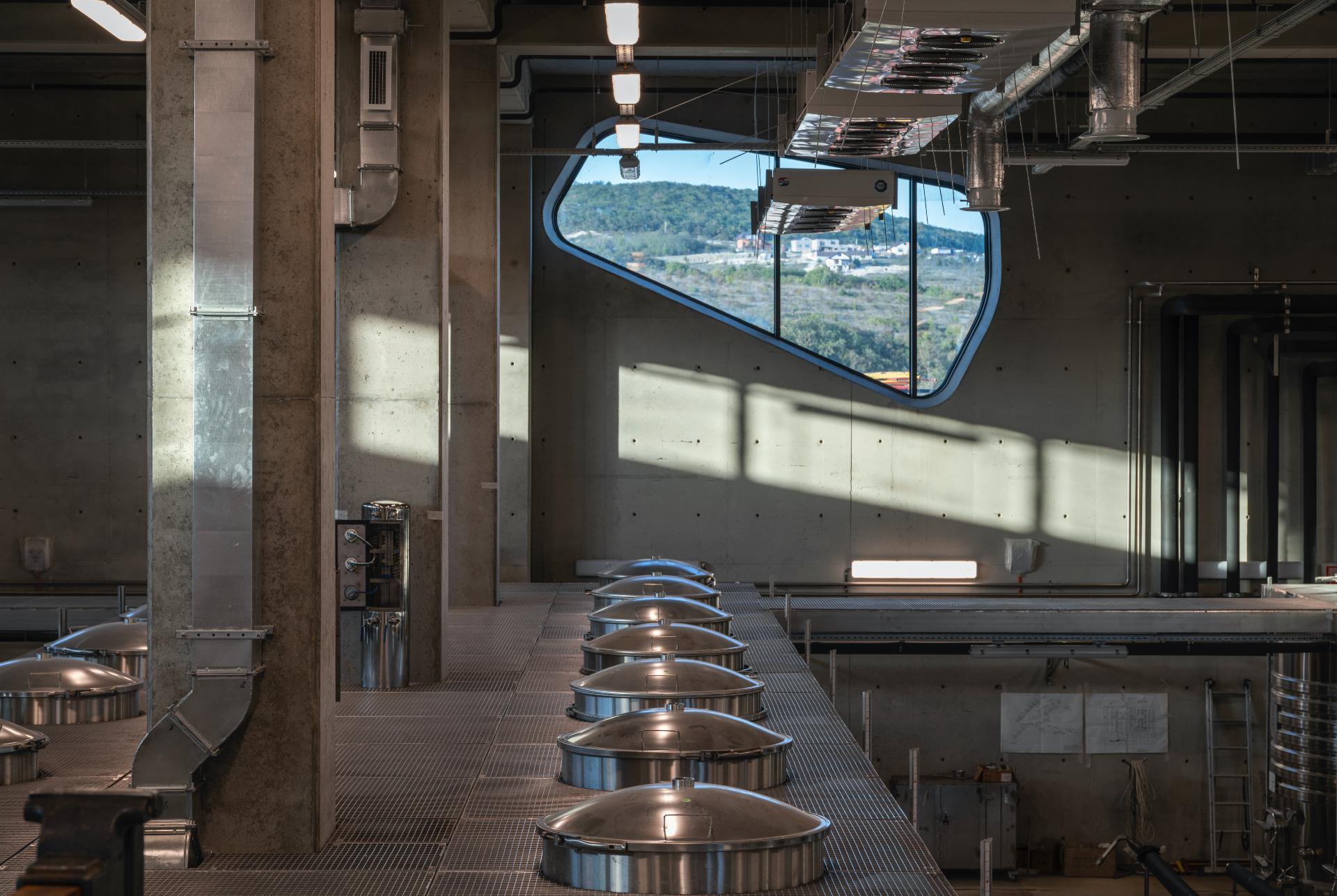 Производственное помещение с оборудованием для гравитационного виноделия.