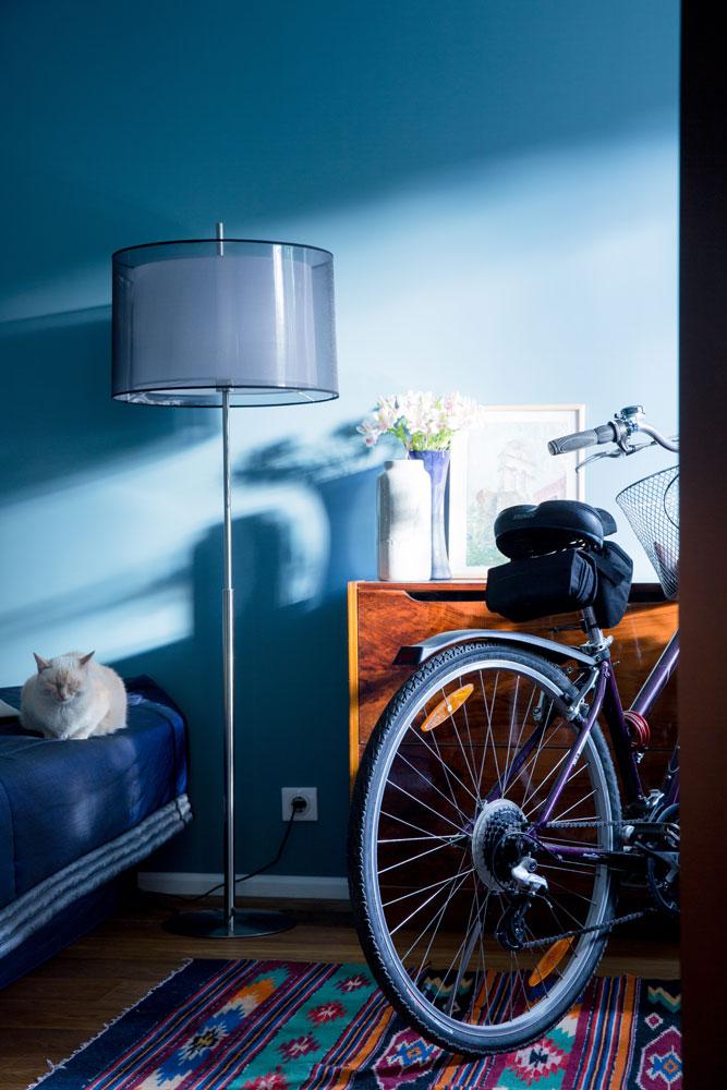 Торшер 1960-х годов, как и другие предметы интерьера, достался хозяйке квартиры от родителей
