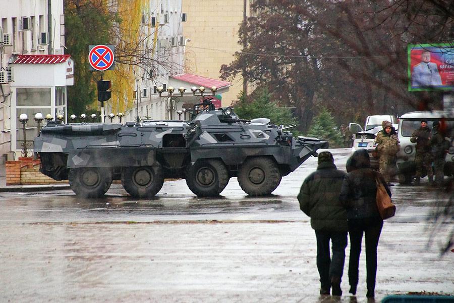 Днем 21 ноября в центре Луганска появилась бронетехника, а также вооруженные люди в балаклавах.