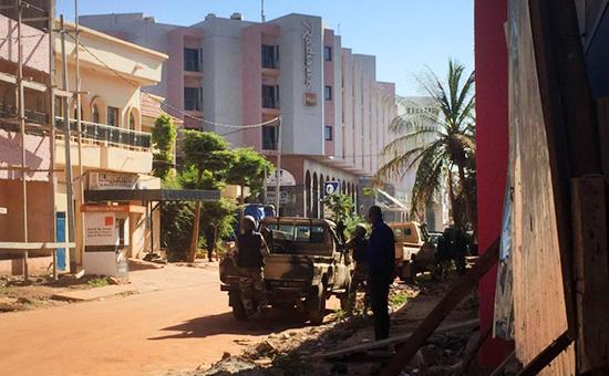 Спецвойсказаняли позицию рядом с отелем Radisson Blu в столице Мали Бамако