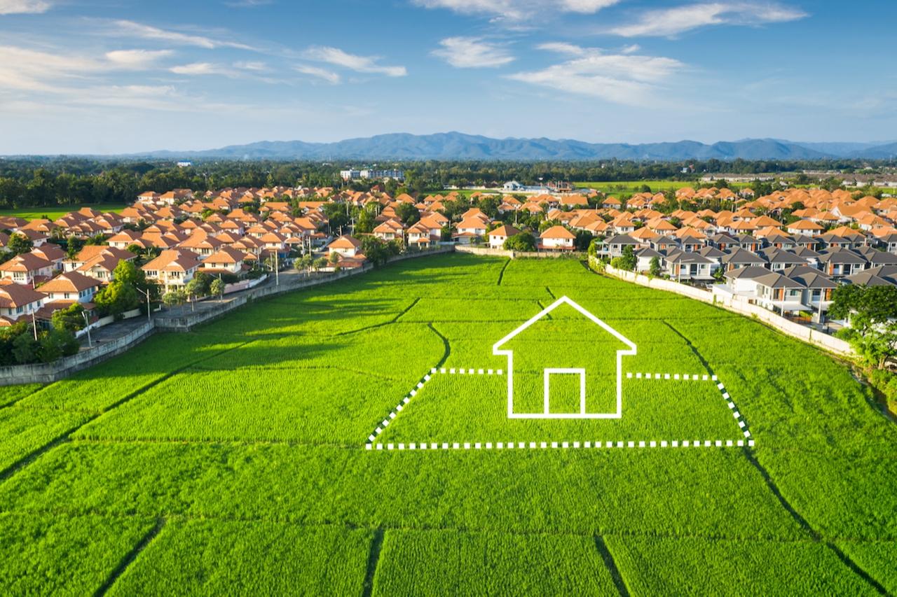 В некоторых случаях закон допускает продажу дома без земли. Речь идет о ситуациях, когда недвижимость находится в собственности, а земля — нет. Это возможно, к примеру, когда земельный участок принадлежит собственнику на основании договора аренды