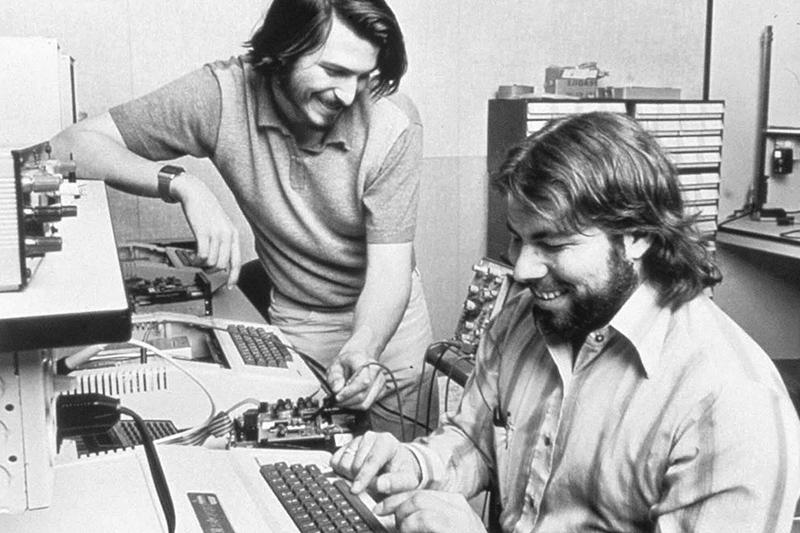 СтивВозняк со своим изобретением, рядом Джобс, 1976 год