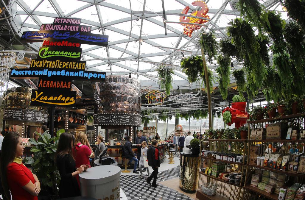 «Зарядье» стал первым крупным парком, созданным в столице за последние 50 лет. Парк соединил пешеходные и туристические маршруты центра — от Варварки и Большого Москворецкого моста до Воробьевых гор  На фото: посетители в ресторане на территории парка «Зарядье»