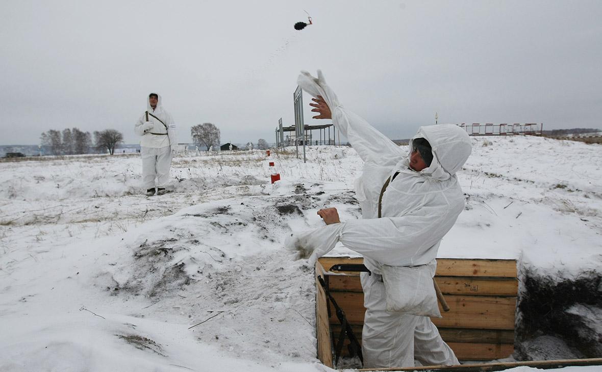 Военнослужащие во время занятий по огневой подготовке. 2011 год